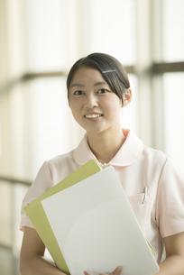 微笑む看護師の写真素材 [FYI04548151]