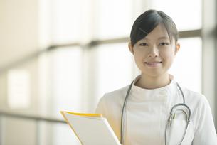 微笑む看護師の写真素材 [FYI04548154]