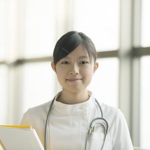 微笑む看護師の写真素材 [FYI04548156]