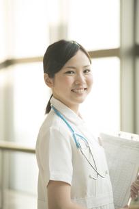 微笑む看護師の写真素材 [FYI04548160]