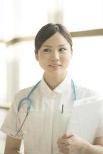 微笑む看護師の写真素材 [FYI04548163]