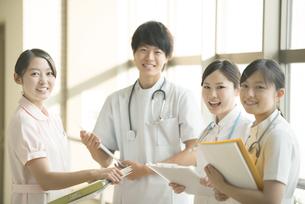 打合せをする看護師の写真素材 [FYI04548183]