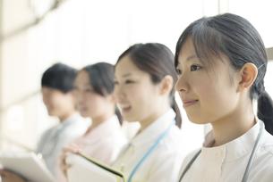 微笑む看護師の写真素材 [FYI04548211]