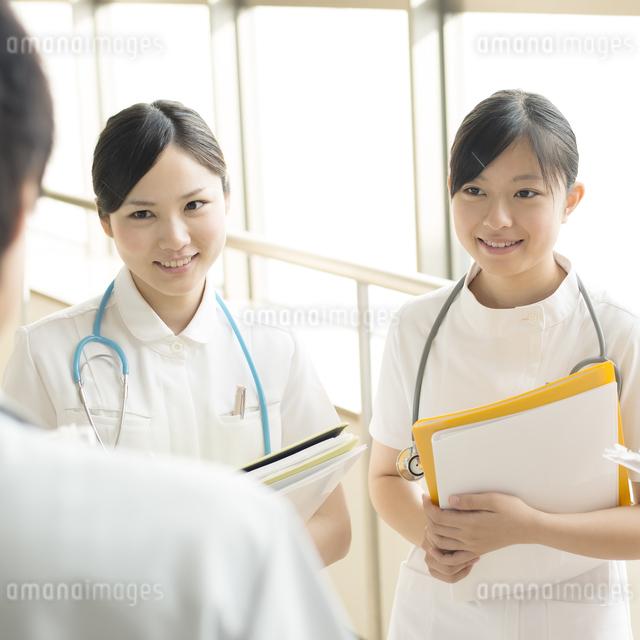 打合せをする看護師の写真素材 [FYI04548216]