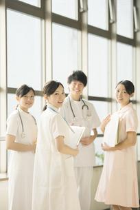 病院で微笑む看護師の写真素材 [FYI04548234]