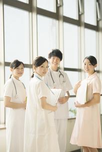 病院で微笑む看護師の写真素材 [FYI04548235]