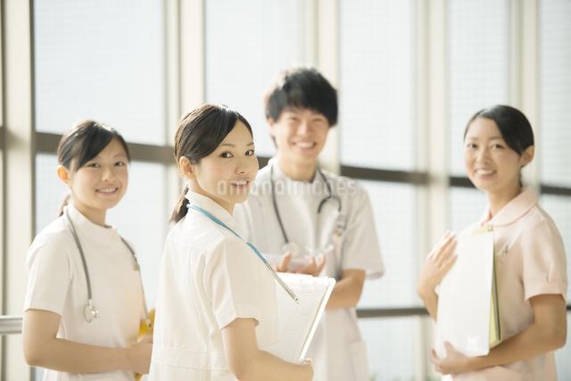 病院で微笑む看護師の写真素材 [FYI04548236]