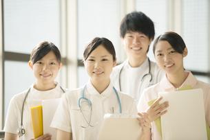 病院で微笑む看護師の写真素材 [FYI04548237]