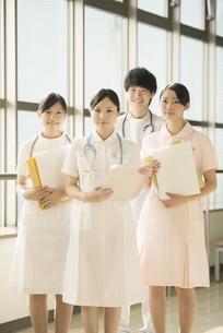 病院で微笑む看護師の写真素材 [FYI04548241]