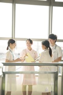 打合せをする看護師の写真素材 [FYI04548247]