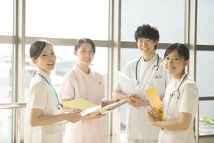 打合せをする看護師の写真素材 [FYI04548252]