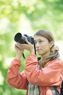 カメラで写真を撮る女性の写真素材 [FYI04548371]