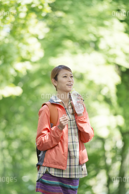 ペットボトルの水を飲む女性の写真素材 [FYI04548393]
