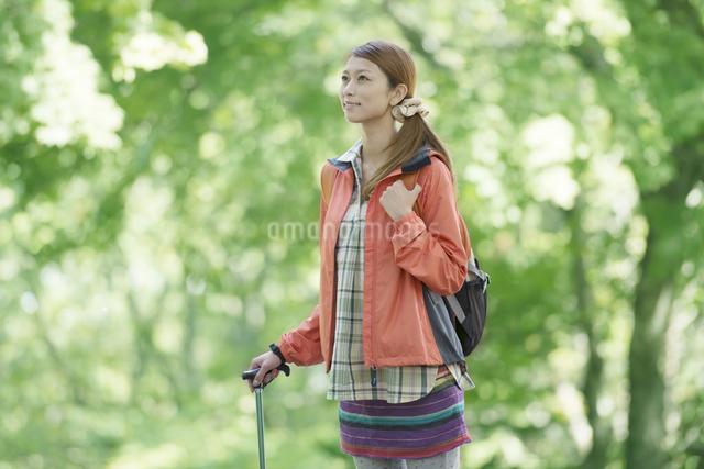 トレッキングをする女性の写真素材 [FYI04548412]