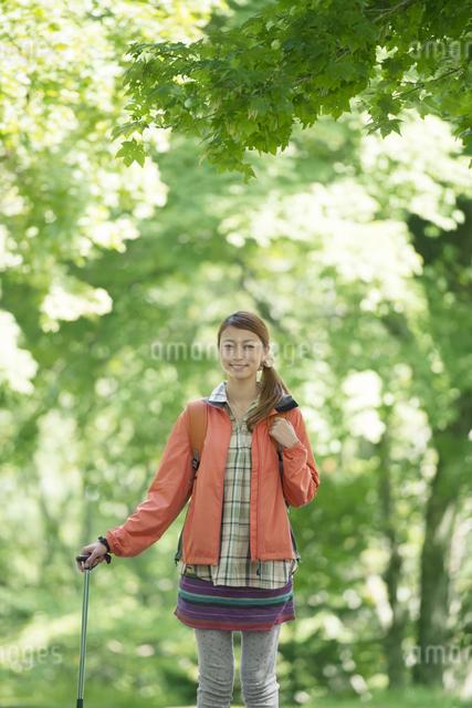 トレッキングをする女性の写真素材 [FYI04548415]