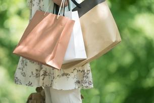 ショッピングバッグを持つ女性の手元の写真素材 [FYI04548417]