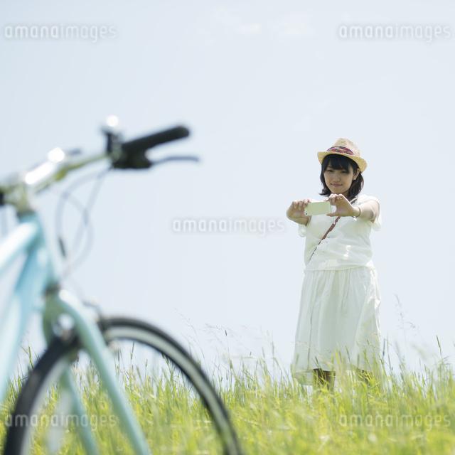 スマートフォンで写真を撮る女性の写真素材 [FYI04548455]