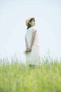 草原に佇む女性の後姿の写真素材 [FYI04548516]