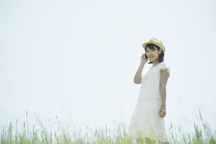スマートフォンで電話をする女性の写真素材 [FYI04548536]