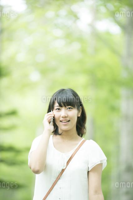 スマートフォンで電話をする女性の写真素材 [FYI04548586]