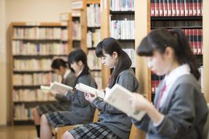 図書室で本を読む女子学生の写真素材 [FYI04548656]