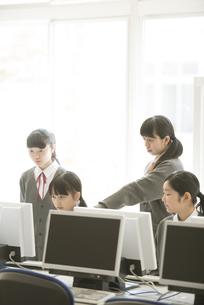 パソコンの画面を見る女子学生の写真素材 [FYI04548681]