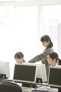 パソコンの画面を見る女子学生の写真素材 [FYI04548682]
