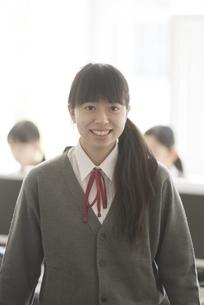 パソコン教室で微笑む女性学生の写真素材 [FYI04548685]