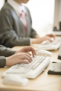 パソコン操作をする女性の手元の写真素材 [FYI04548692]