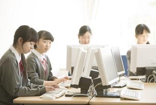 パソコンの授業を受ける女子学生の写真素材 [FYI04548699]