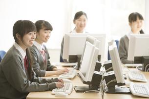 パソコンの授業を受ける女子学生の写真素材 [FYI04548703]