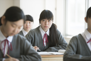 教室で授業を受ける女子学生の写真素材 [FYI04548752]