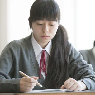 教室で授業を受ける女子学生の写真素材 [FYI04548765]