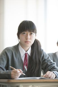 教室で授業を受ける女子学生の写真素材 [FYI04548766]