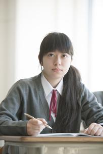 教室で授業を受ける女子学生の写真素材 [FYI04548768]
