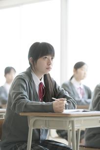 教室で授業を受ける女子学生の写真素材 [FYI04548782]