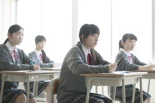 教室で授業を受ける女子学生の写真素材 [FYI04548787]