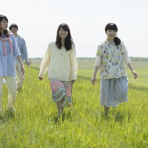 草原を歩く大学生の写真素材 [FYI04548910]
