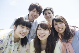 草原で微笑む大学生の写真素材 [FYI04548947]