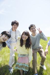 草原で微笑む大学生の写真素材 [FYI04548948]