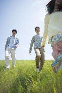 草原を走る大学生の写真素材 [FYI04548951]