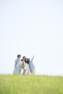 草原で自分撮りをする大学生の写真素材 [FYI04548962]