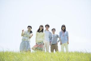 草原で微笑む大学生の写真素材 [FYI04548968]