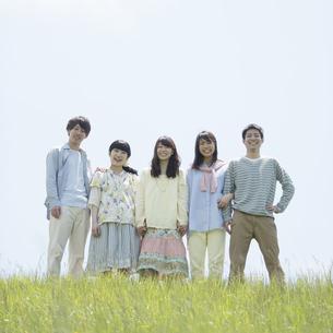草原で微笑む大学生の写真素材 [FYI04548997]