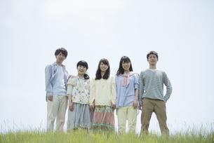 草原で微笑む大学生の写真素材 [FYI04548999]