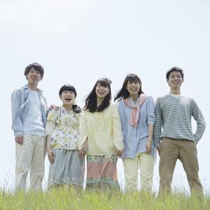草原で微笑む大学生の写真素材 [FYI04549000]