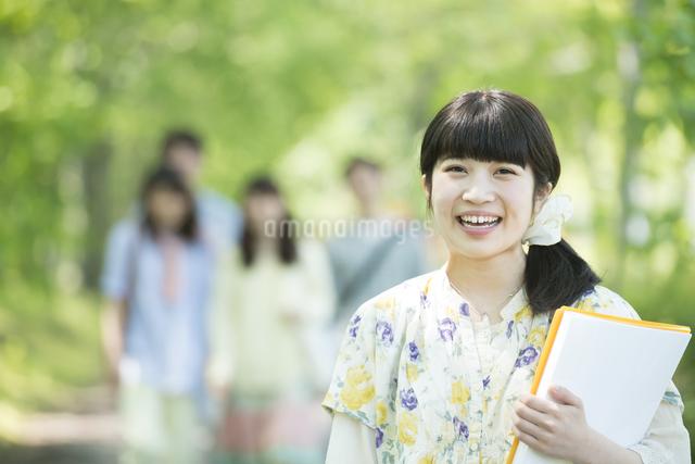 新緑の中で微笑む大学生の写真素材 [FYI04549009]