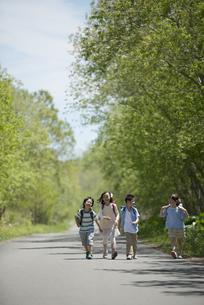 一本道を歩く小学生の写真素材 [FYI04549045]