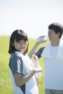 草原で水分補給をするカップルの写真素材 [FYI04549082]