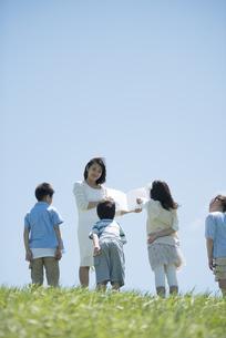 野外学習をする小学生と先生の写真素材 [FYI04549143]